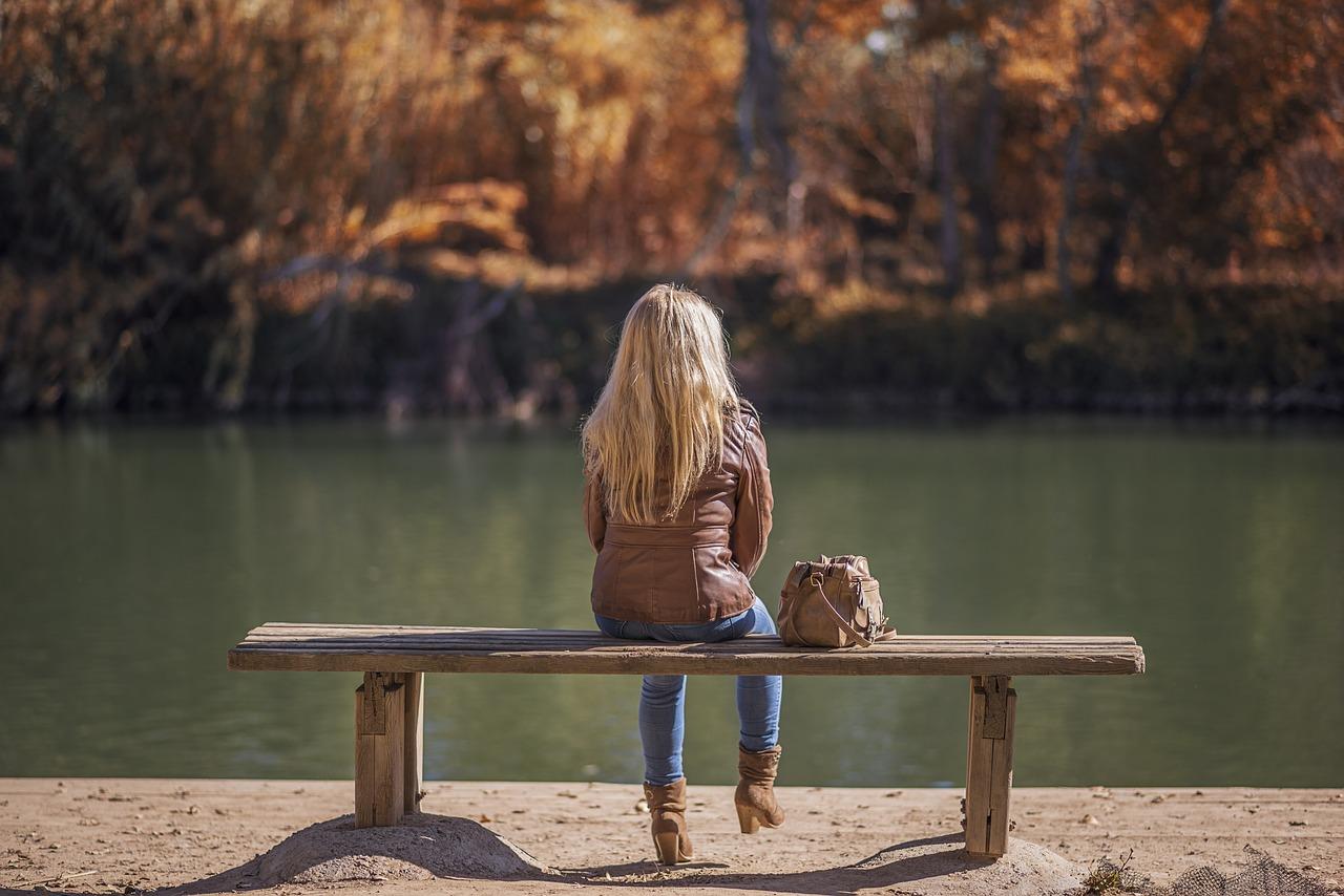 kobieta w skórzanej kurtce w jesiennej scenerii